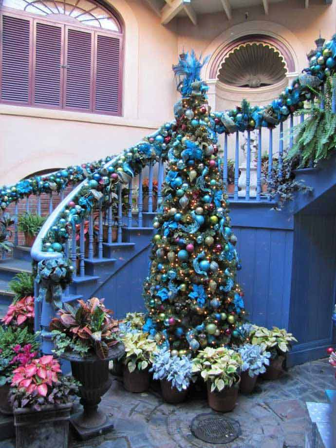 35 irresistible ideas to decorate your stairs in the for Stair railing decorated for christmas