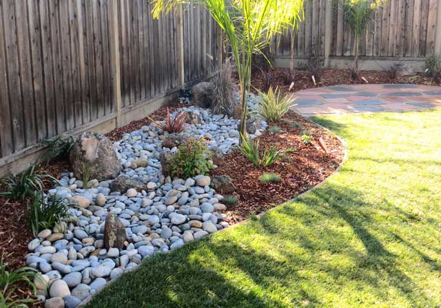 32 stunning low water landscaping ideas for your garden - Small backyard landscape designs ...